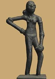 Menina de dança de Mohenjo-Daro  (c.2500 aC). A obra-prima do  início de Escultura indiana da  civilização do Vale do Indo.
