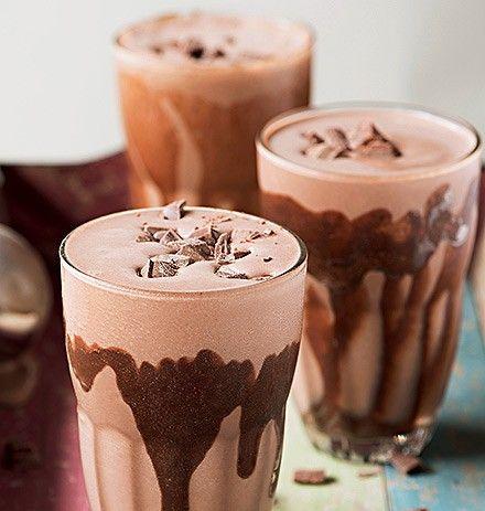 Milk-shake de bombomIngredientes 18 colheres (sopa) de sorvete de creme; 2 a 3 colheres (sopa) de achocolatado Alpino em pó; 2 bombons Alpino; Cobertura de chocolate para decorar.