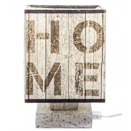 Lampka stołowa ''HOME'' w prowansalskim stylu, o drewnianej podstawie oraz jasno brązowym kloszu przypominającym drewniane deski z nowoczesnym napisem home.