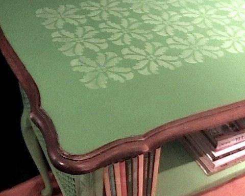 Wenn man dunkle Holzmöbel in knalligen Farben einfasst, sehen sie mordern und frisch aus
