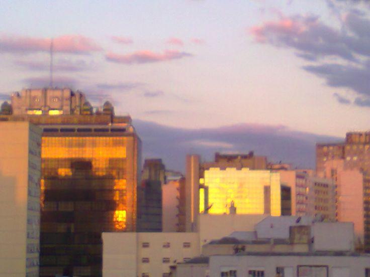 Queda do sol ao contrário, no centro da capital gaúcha.