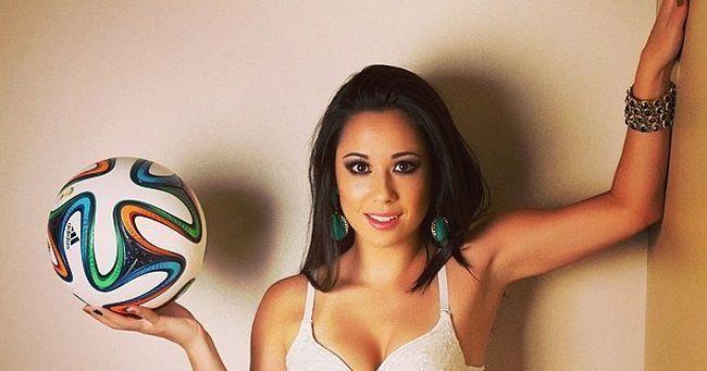 Piękna Raquel Benetti wykonuje fantastyczne triki piłkarskie w szpilkach • Tak wygląda freestyle w kobiecych butach • Zobacz więcej >> #Freestyle #Soccer #Sports #Football #Piłkanożna
