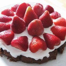 Chocolade-slagroomtaart met aardbeien