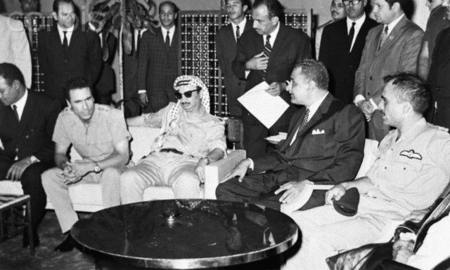 Arab heads of state meet at the Nile Hilton in Cairo to put an end to the civil war in Jordan between Palestinians and the government of King Hussein. From left to right: Libyan leader Muammar Khadafy, PLO chief Yasser Arafat, Egyptian President Gamal Abdel Nasser, and King Hussein of Jordan. 1970. |