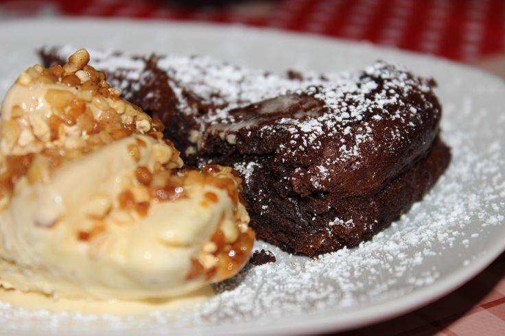 Bolo de Chocolate com Gelado de Caramelo e Amêndoas.