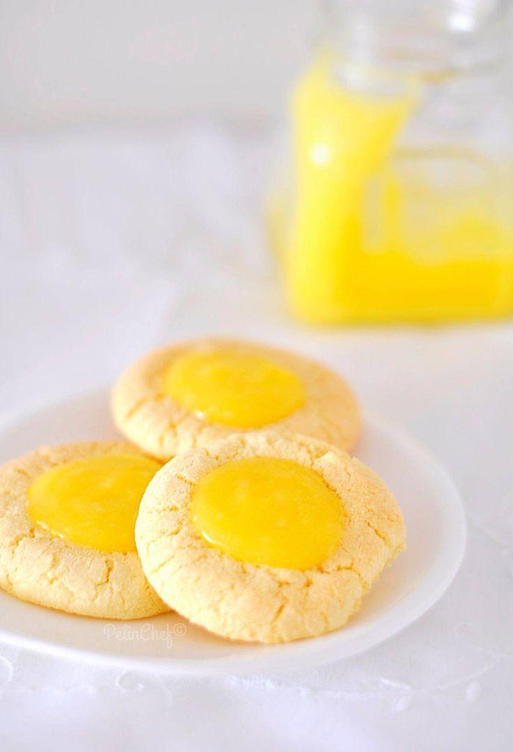 Dün limon kreması tarifi vermiştim. Bu tarifte o nefis kremayı kullanacağız. Kremanın lezzetine, limonlu, tereyağlı kurabiyelerin lezzeti de eklenince ortaya mis gibi limon kokan çok lezzetli kurabiyeler çıktı. Çay saatleri için değişik bir lezzet.