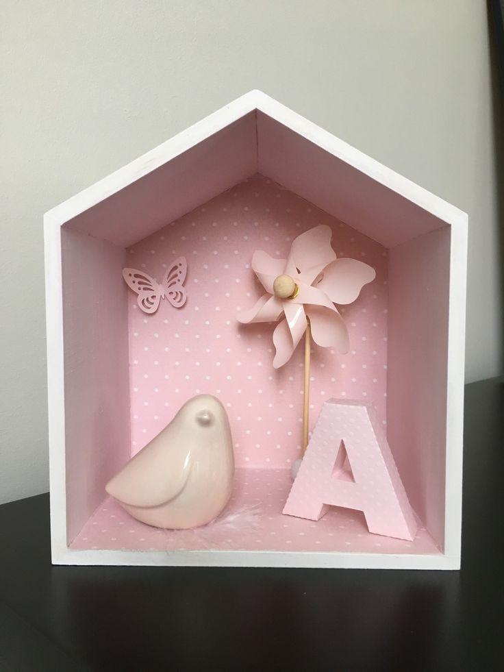 Maisonnette en bois, décorée d'un oiseau en porcelaine, d'un moulin à vent et d'une lettre 3D : Décoration pour enfants par babycrealya