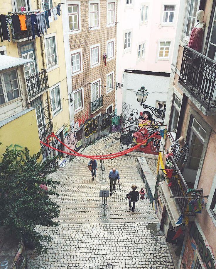 edmitrieva3Мне особенно нравилось, когда на этом балконе появлялись огромные такие колонки, девушка, в виде местного диджея, играет только испано-португалоязычная Музыка, все танцуют на улице, рядом жарят рыбу, ух вот он местный колорит, обожаю это место, стоило один раз повернуть в арку ради интереса, чтобы найти это место 🙈