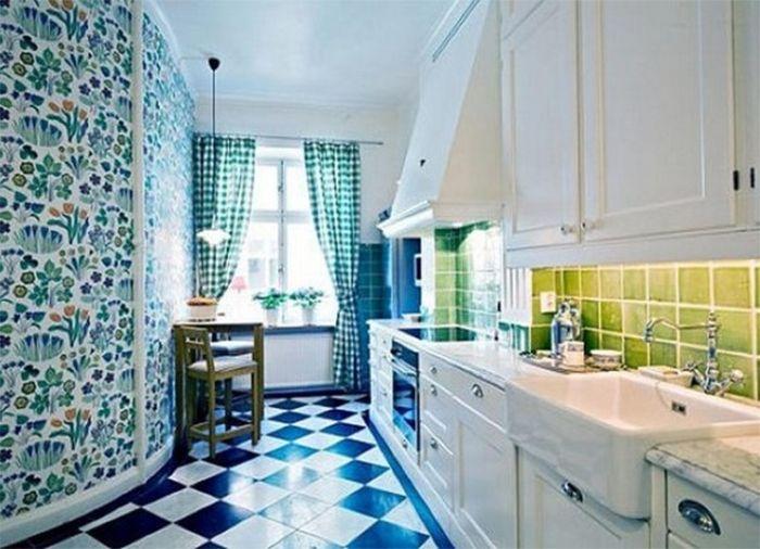 Бирюзовые обои с цветочным рисунком в кухне
