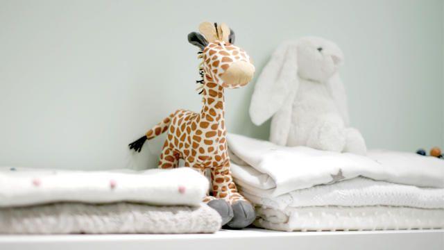 Pour ne pas envahir la pièce de couches et de lotions, choisissez des éléments de rangement mobiles et empilables que vous pourrez aisément cacher sous le berceau ou le canapé-lit.