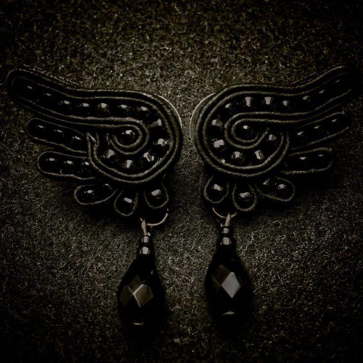 "Polubienia: 31, komentarze: 3 – Aleksandra Warchoł (@lolissaw) na Instagramie: ""Kolczyki ""Skrzydła kruka"" w wersji mini #raven #ravenwing #wingearrings #soutache #soutacheearrings…"""