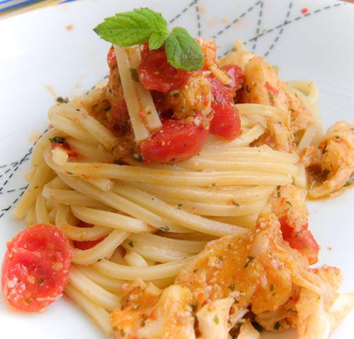 Linguine all'aragosta con salsa alla menta per un tipo affumicato -