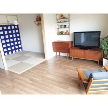 リビングから4畳半か6畳の和室に繋がるポピュラーな間取り。和室には家具を極力置かないで、子供の遊び場やお客様が来た時用のスペースとして、フレキシブルに使いましょう。襖を外してポップな柄のカーテンを取りつければ、リビングのインテリアスタイルと一体感のあるスペースを作れます。