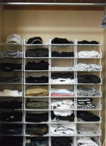 クローゼット収納術【100均のA4トレーで服をスッキリ整理】 | やす ... 100均グッズでクローゼットの服を綺麗に収納