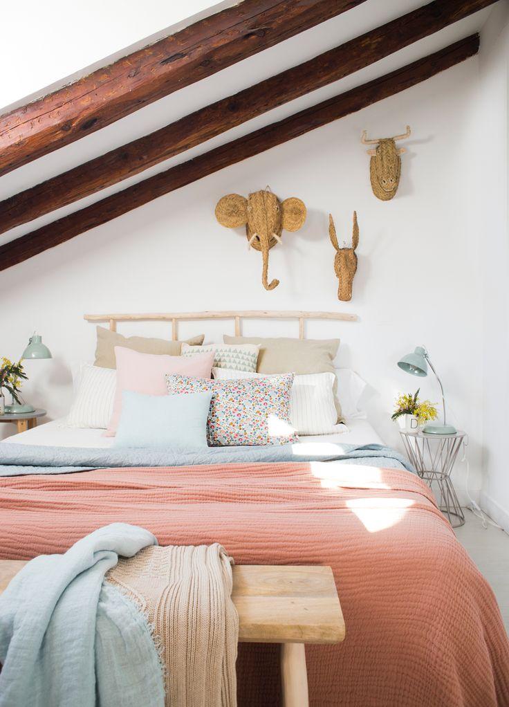 00455283. Dormitorio en buhardilla con cabezal de madera natural y cabezas de animales de esparto 00455283
