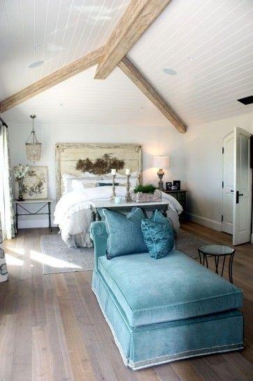 Chaise longue azzurra - La camera da letto bianca e azzurra per una casa in stile caraibico