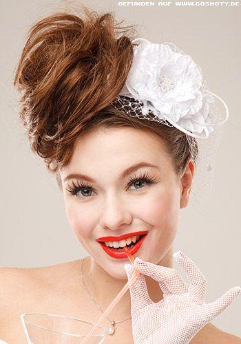 Mädchenhafter Braut-Look für den großen Tag: Lockerer, seitlich gesteckter Dutt zur Blüte