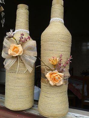 Garrafas decoradas com barbantes e rosas e laços em juta