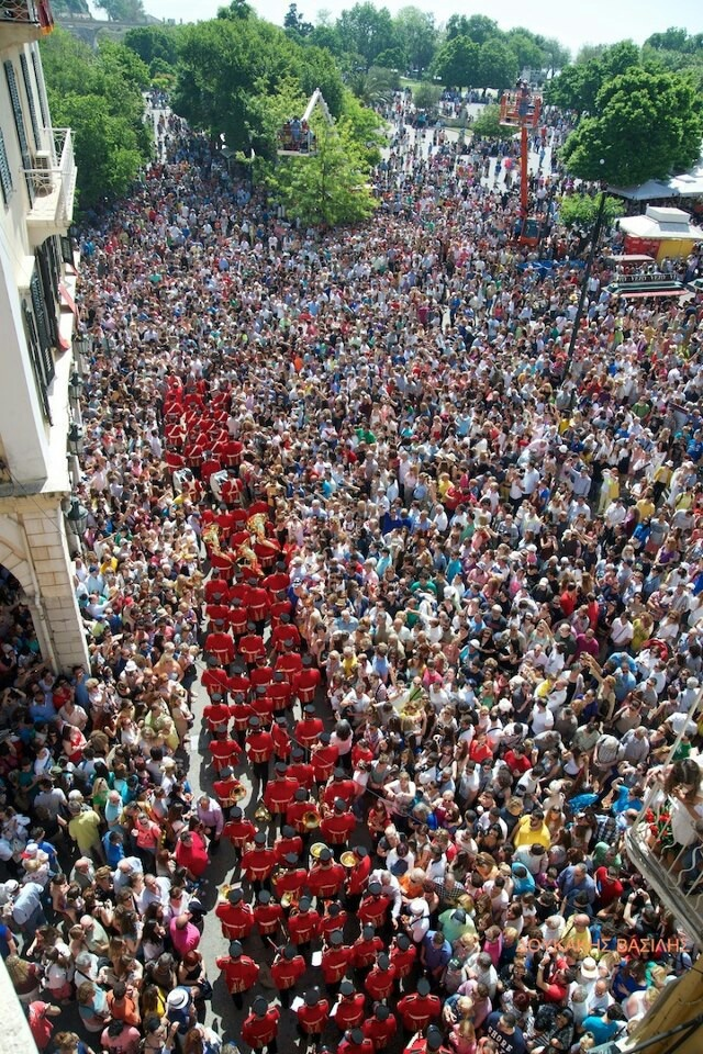 TRAVEL'IN GREECE | Crowds assembled for the easter pot throwing in corfu, #Greece, #travelingreece