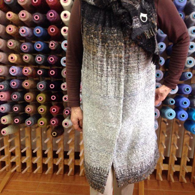 べつ布で襟をつくってベストのお仕立て、Aさんは、さをりのハギレ布で襟をパッチワークのように合わせて少しギャザーも寄せて、身頃は全て2色交差で長めに織りロングベストにしました。Mさんは、革を使って襟を作り、身頃の布は2色交差で四角の柄を織ってます。二人共同じ技法に同じお仕立てであるのに、違う印象のベストが完成するなんて、おもしろ〜い  #saoriweaving #weaving #saorinomori #Ikebukuro #さをり織り #手織り教室  #さをりの森東京 #池袋 #ハンドメイド  #手芸 #オンリーワン #織って創って着る