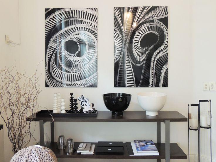 Animate a una decoración en blanco y negro: consola Alicudi, bowls Polo y candelabros de madera laqueada. #solsken www.solsken.com.ar