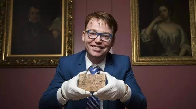Sydney Lega seorang ilmuwan Australia berhasil memecahkan misteri yang membuat penasaran para ahli matematika selama beberapa dekade terakhir ini. Sebuah tablet tanah liat berusia 3700 tahun dan berisi kode 'segitiga' ditemukan pada 1900-an di selatan Irak. Sejak ditemukan tidak ada yang mengerti penggunaan kode segitiga pada lempeng yang dinamai Plimpton 322 tersebut. Dikutip dari news.com.au pada Senin (28/8/2017) seorang ilmuwan University of New South Wales (UNSW) berhasil memecahkan…