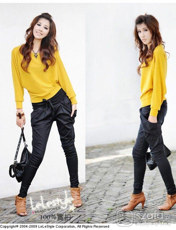 Горчичный пуловер, черные брюки, коричневые ботильоны