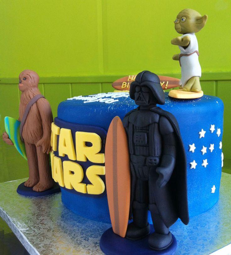 Pastel de fondant Star Wars y Surf. #starwars #yoda #darthvader #chewaka #surf #fondant