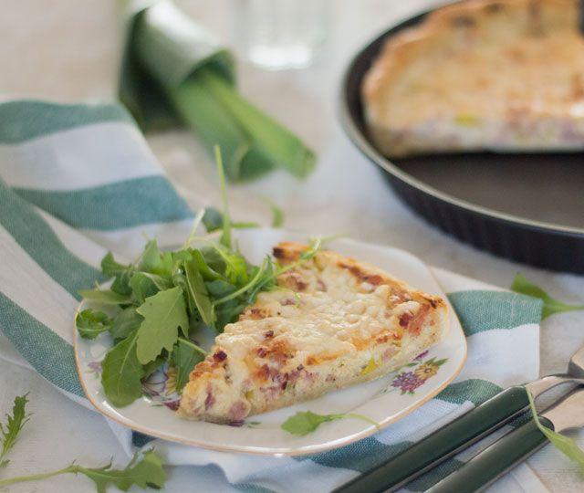 Het recept voor een heerlijke klassieker: quiche lorraine maar dan met prei en spekjes. Gevuld met kaas, ei, room, spekjes en prei. Aanrader!