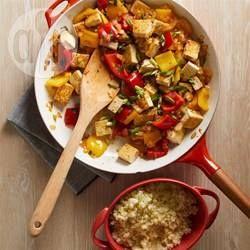 Maak van een doordeweekse maaltijd iets speciaals met dit smaakvolle gerecht gemaakt met tofu en paprika, gebakken in sinaasappellikeur. Vegetarisch en koolhydraatarm.
