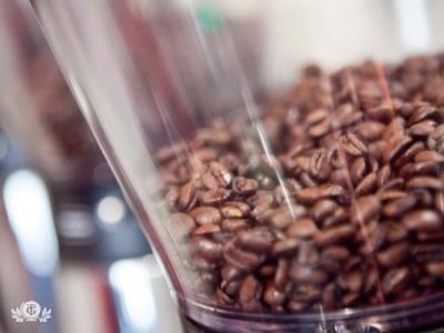 МОНОСОРТ Это отборные кофейные зерна отдельного вида кофе, которые собираются с известных плантаций стран-производителей зеленого кофе. Поскольку изначально предполагается, что кофе моносорта должно быть высокого качества, то его выращивают на полях, которые располагаются свыше 1000 метров над уровнем моря, после чего подвергают высокой степени очистки. Кофе моносорта безупречно подходит для приготовления готового напитка в аппаратах типа френч-пресс, фильтр-машинах, джезве, кемексе и иных…
