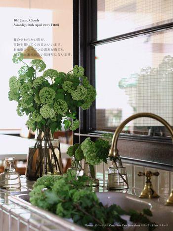 """""""Flora""""(24cm shortスモーク色/奥,12cm スモーク色/手前3種)。 底が安定している形状は、花を活けても安定感があります。 小さいサイズは一輪差しに、大きいサイズも口が狭いため、花が活けやすいばかりでなく、小さな花束が1束、丁度良くおさまります。 口が広い花瓶で困っている人は、きっと""""Flora""""の使い勝手の良さとおさまりの良さに驚くはずです。"""