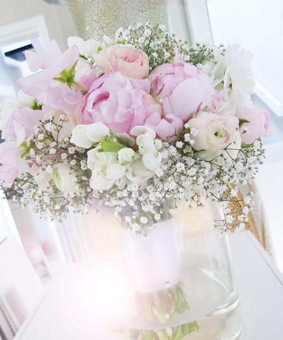 Ramo de novia con peonías en tonos pastel y gypsophila. Como punto culminante …