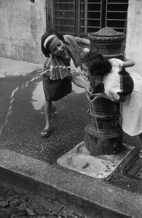 ITALY. Rome. 1952. Henri Cartier-Bresson - - - -wow we did this when we were in Rome. I love that you can drink the water in the fountains there.