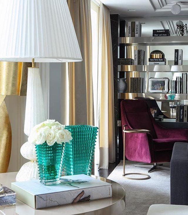 Inspiração! #architecture #arquitetura #interiores #arquiteturadeinteriores #lovemyjob #dmharquitetura #decor #decoração #decoration #purple #green #white #mirror #espelho #branco #roxo #verde #abajur #livros