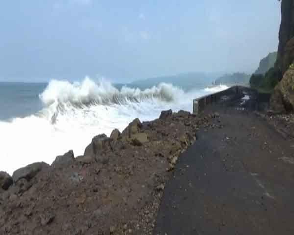 AWAS ! Gelombang Laut Setinggi 4 Meter di Tempur Sari
