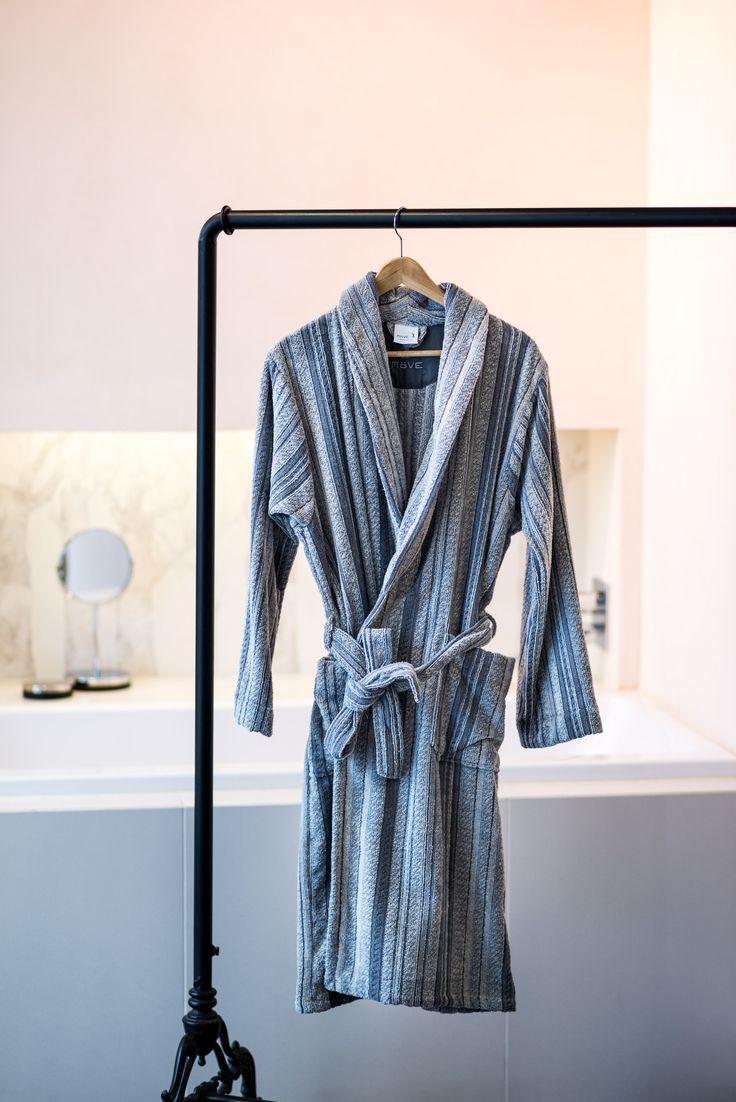 eine Kleiderstange als modische Alternative zum Handtuchhalter im Badezimmer und dazu noch ganz ohne Bohren