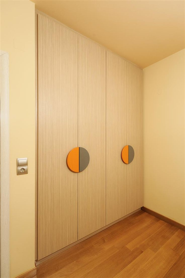 Ντουλάπα τετράφυλλη με μονοκόμματες πόρτες από μελαμίνη και λακαριστά πόμολα.