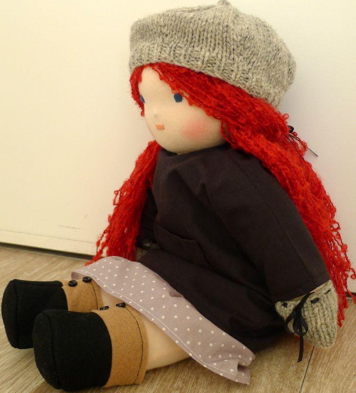 Poupée aux cheveux rouges et sa nouvelle tenue...