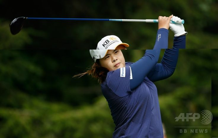 女子ゴルフ米国ツアーメジャー第4戦、全米女子プロ選手権(Wegmans LPGA Championship 2014)2日目。15番でティーショットを打つ朴仁妃(In-Bee Park、2014年8月15日撮影)。(c)AFP/Getty Images/Scott Halleran ▼16Aug2014AP|リンシコームが3打差単独首位に浮上、全米女子プロ http://www.afpbb.com/articles/-/3023188 #Wegmans_LPGA_Championship_2014