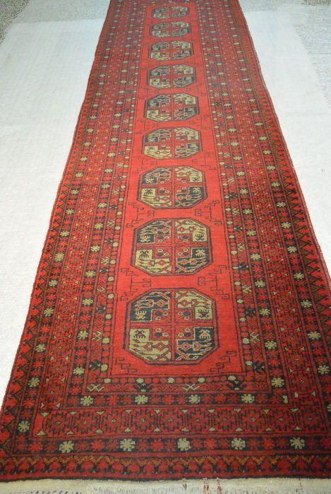 Top verkoper: oosters tapijt Afghaanse 300 x 86cm einde van de 20e eeuw  Een Afghaanse tapijt fascineert met geselecteerde natuurlijke materialen. Deze tapijten zijn zeer slijtvast en zeer gemakkelijk te verzorgen. Elke Afghaanse tapijt een stuk is en is daarom een speciaal stukje. De deken heeft lichte tekenen van wrijven op de grenzen en de lichtjes verzonken franjes bit is anders in goede conditie. De patronen zijn in rood-zwart-beige. Het moet worden schoongemaakt zodat de kleuren eruit…