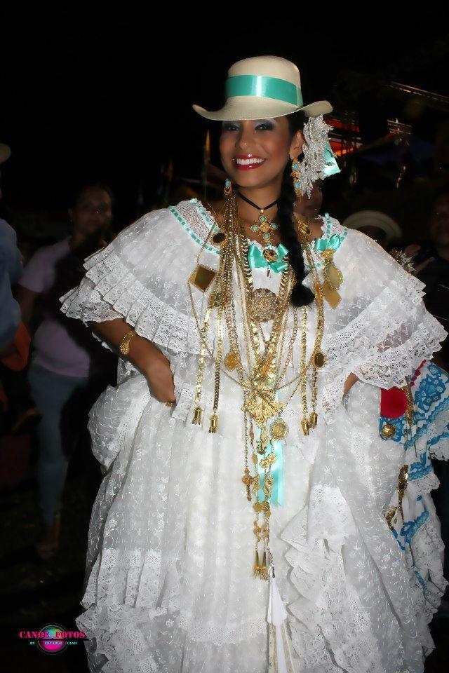 Sara Bello, reina de calle abajo 2007, luciendo una pollera blanca de organza bordada, enjaretada con cintas, tembleques blancos y sombrero Panamá #pollerapanameña