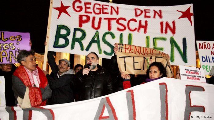 Intelectuais como Karim Aïnouz (c) participaram da manifestação em frente ao Portão de Brandemburgo