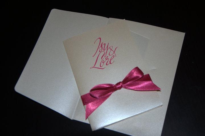 Le mie partecipazioni di nozze con fiocco fuxia e carta perlata