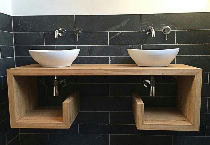 Eikenhouten meubel / badkamer meubel voor twee wastafels. Robuust en stevig ontwerp. Modern en strakke vormgeving. #hout #meubel #ontwerp #meubelmaker