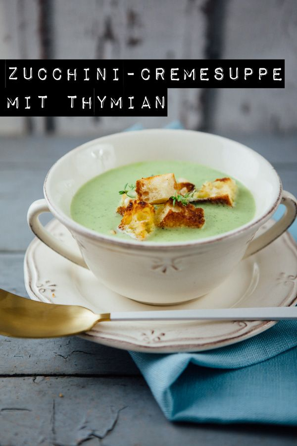 Zucchini-Cremesuppe mit Thymian, Pinienkernen und Ciabatta-Knoblauchcroutons - www.kuechenchaotin.de