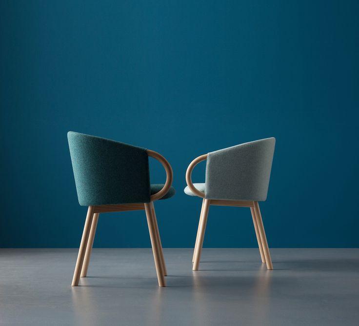 Piccole poltrone o comode sedie, si accostano al tavolo da pranzo o completano il soggiorno