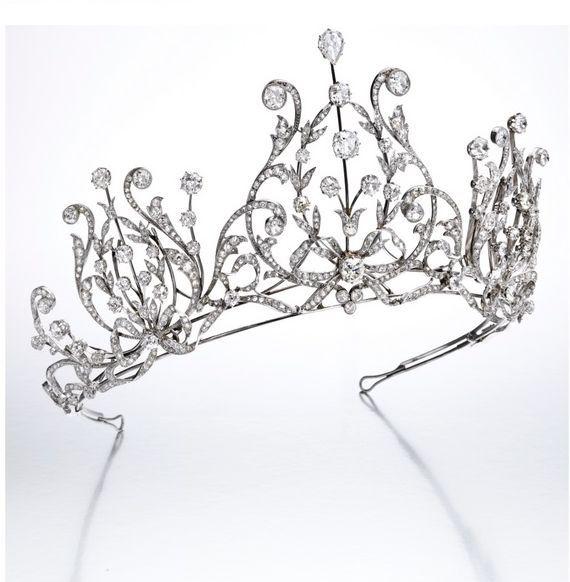 Again from Sotheby's 16 November 2016, a gorgeous diamond 1915 festoon-style tiara, featuring three elaborate foliate lyre-motifs