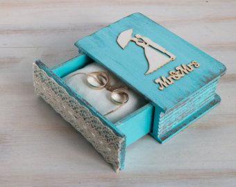 Personalizado caja cristal anillo caja boda había grabado anillo caja anillo portador propuesta caja boda porta anillo personalizado caja Еngagement caja.  Caja madera del portador de anillo es ideal para tu día más especial - día de la boda. Adorable forma de presentar el más simbólico y duradero parte de su ceremonia de boda!  Las dimensiones son: 4 3/4 x 2 3/4 x 2(12 cm. 7 cm. / 5.7 cm.)  Nos especializamos en bodas chic rústico y cutre y puede hacer diseños personalizados, ...