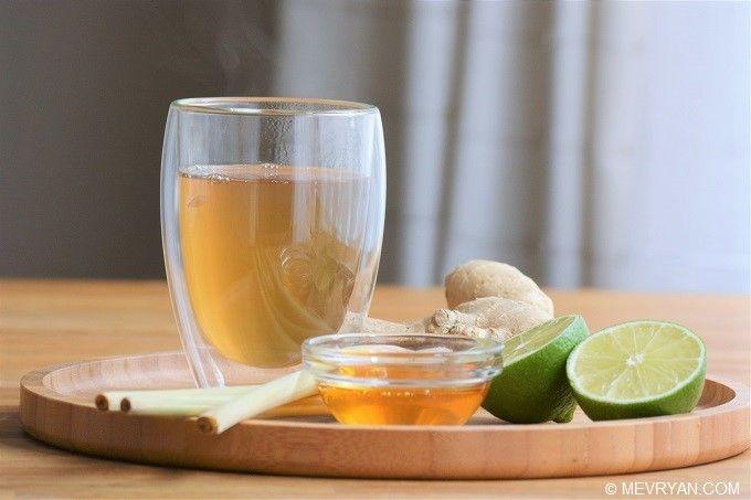 Citroengras gember thee.  Lekker & gezond! Recept op mevryan.com, Aziatisch koken #kruiden #thee #Aziatisch #gezond #recepten #citroengras #gember #limoen #honing
